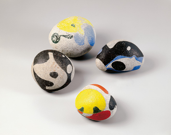 Max Ernst: Vier bemalte Steine